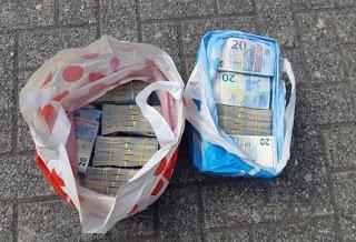 В автомобиле при осмотре обнаружили 5 полиэтиленовых мешков с наличностью - в общем 538 660 €