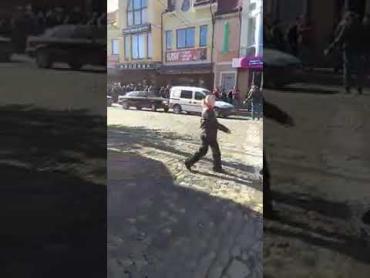 """В Закарпатье куча заробитчан """"бомбардируют"""" банк"""