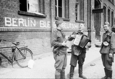8 мая в Берлине ! Советские солдаты на отдыхе думают с кем им помириться!