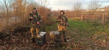 В Закарпатье из реки Тиса вооруженные пограничники выловили чью-то тайную посылку