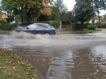 В центре Ужгорода после дождя образовалось озеро