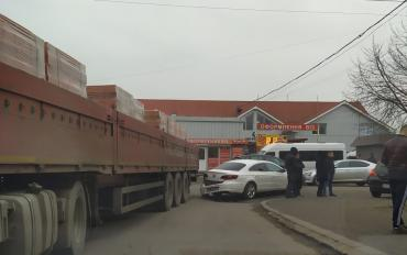 В Ужгороде произошло ДТП с участием огромного грузовика