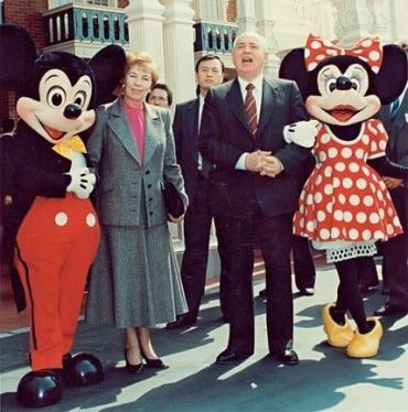 Горбачев подарил бывшим соотечественникам МакДональдс, пиццу и Микки Мауса