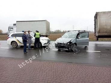 В Мукачево возле автосалона столкнулись несколько авто: Новые фото и детали