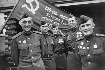 Первая группа на фоне Знамени Победы: украинец Алексей Берест, россиянин Михаил Егоров и грузин Мелитон Кантария