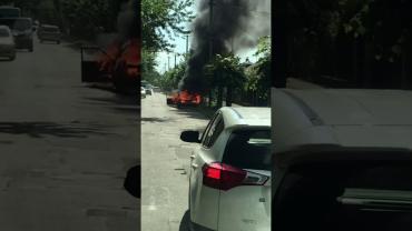 В Ужгороде просто посреди дороги горит автомобиль