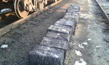 Во Львове пограничники изъяли 34 ящика сигарет, которые были среди вагонов с рудой