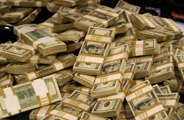 Заробитчане перечислили домой в Украину миллиарды гривен, обогнав даже Россию
