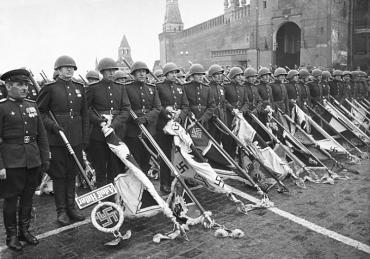 Первый Парад Победы 24 июня 1945 года завершался складированием флагов поверженных гитлеровских войск к подножию Мавзолея