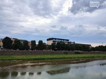 Реформа Супрун : В Ужгороде люди выстроились в живую цепь, чтобы спасти ребенка