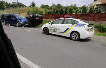 """В Ужгороде женщина за элитным """"Mercedes"""" стала виновницей пугающего ДТП"""
