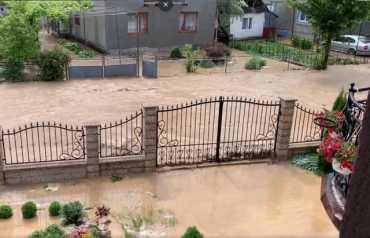В соцсетях опубликовали видео, как целое село в Закарпатье буквально затопило из-за проливного дождя