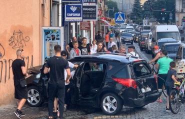 В Мукачево возле моста ДТП — Peugeot отбросило стену магазина