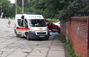 Жуткая трагедия произошла в Мукачево - мужчина упал с дерева и умер