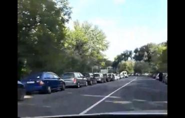 Очередь из автомобилей на одном из венгерских КПП в Закарпатье растянулась до соседнего села