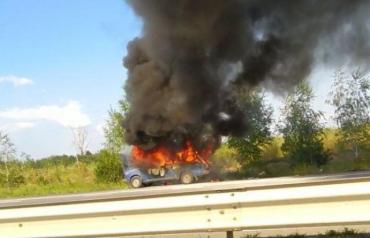 Возле Ужгорода буйный огонь охватил автомобиль - трасса частично перекрыта