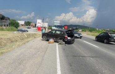 На выезде из Мукачево не хилое ДТП, на трассе уже образовались п