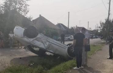 """ДТП под вечер в Закарпатье: Оба автомобиля """"приземлились"""" на крыши"""
