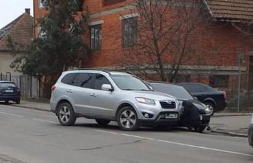 Забавное ДТП в Мукачево: Автомобили буквально не поместились на дороге