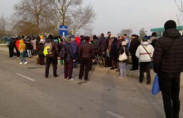 """Венгерская система """"висит"""": В Закарпатье под сотню людей застряли на границе"""