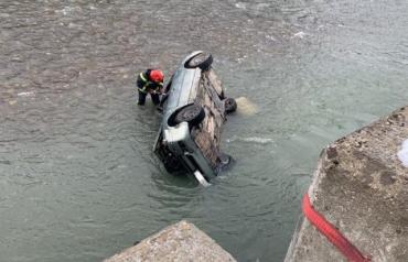 Возле Закарпатья страшная ДТП: Авто вылетело в реку, погибла женщина