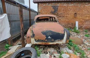 В Ужгороде с виду груда металлолома оказалась легендарным автомобилем за $5000