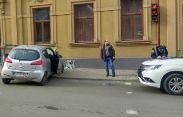 Водитель разнёс в щепки кусок стены в центре Ужгорода