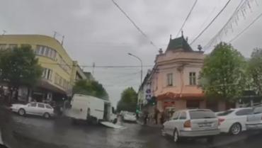 И смех, и грех: В центре Мукачево у автомобиля на ходу отвалилась дверь
