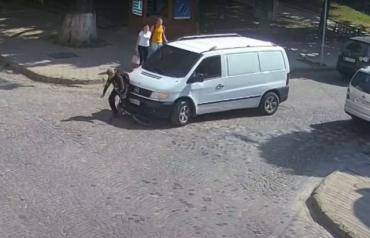 В Закарпатье водитель микроавтобуса переехал ноги мальчика