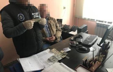 """В Закарпатье работник ОГА требовал сотни долларов за свои """"драгоценные"""" услуги"""