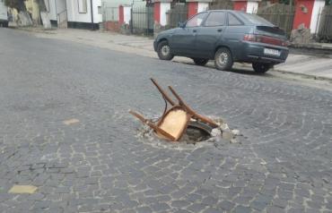 В Закарпатье яму на дороге закрыли далеко непривычным предметом
