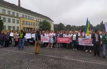 В Закарпатье возле ОГА возмущенные жители устроили митинг