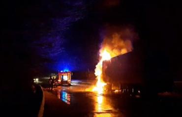Жаркий вечер: В Закарпатье на трассе огонь охватил грузовик