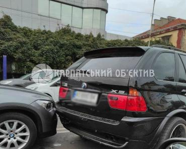 """Водители дорогих """"BMW"""" устроили аварию в центре Ужгорода"""