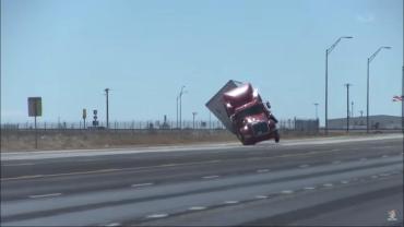 В США очевидцам удалось снять на видео, как большую фуру снес порыв ветра