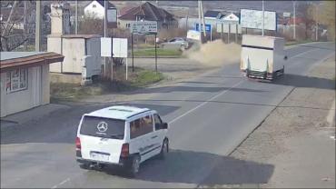 В Закарпатье иномарка на бешеной скорости снесла дорожный знак