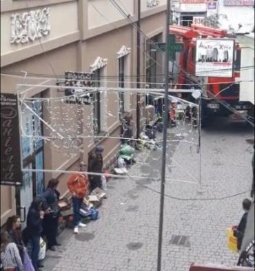 Приехала полиция: В Закарпатье люди от паники мешали работать пожарным