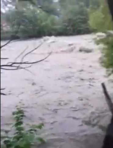 На Закарпатье в одной из рек заметно усилилось течение