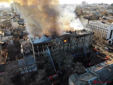 В Одессе из горящего колледжа с четвертого этажа выпрыгнули четыре человека