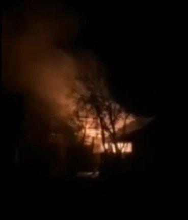Огонь освещал ночное небо: В Закарпатье пылал жилой дом, поднялась паника