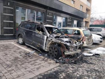 """В Ужгороде на набережной сожгли """"Mercedes"""" Чрезвычайного и Полномочного Посла Украины"""