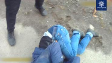 Прохожие пытались помочь: В Мукачево мужчина пытался покончить жизнь самоубийством просто на мосту