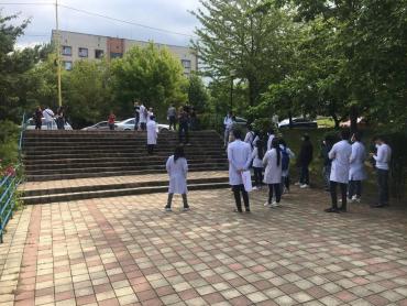 Студенты устроили протест под стенами университета в Ужгорода