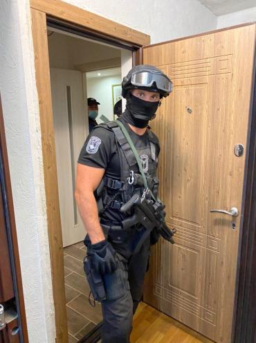 Выломали полностью двери: В Ужгороде проходит спецоперация с силовиками по задержанию торговцев людьм