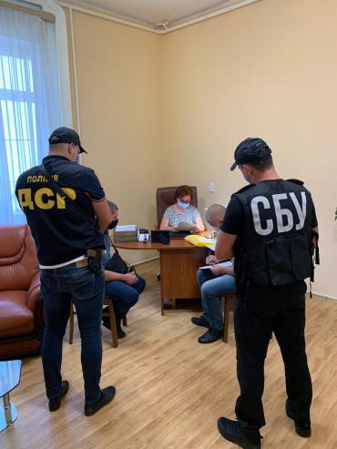 Врачи всем врали, выдавая фальшивку: Официально про масштабные обыски здания ОГА в Ужгороде