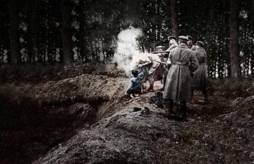 На этом фото убийство еврейской женщины и её двоих детей в Мирополе в октябре 1941 года