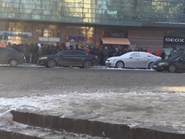 В центре Ужгорода огромная толпа окружила отделение банка