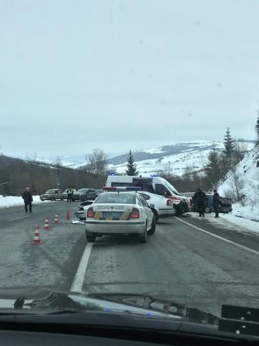 В Закарпатье на главной трассе кошмарное ДТП: Куски автомобилей разнесло по дороге