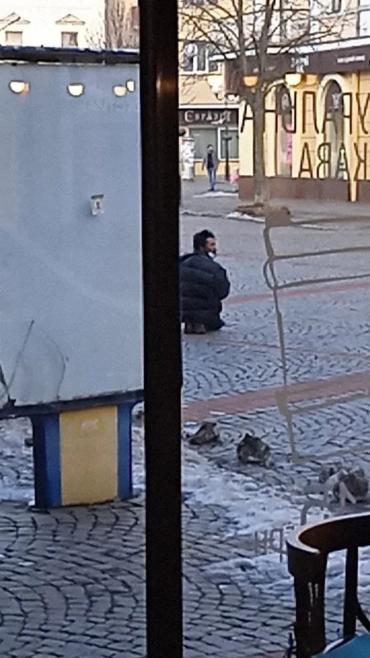 Пристает к детям: В самом центре Мукачево людей забеспокоил странный мужик