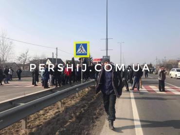 """Возле Ужгорода уже более двух часов блокируют трассу """"Киев-Чоп"""""""